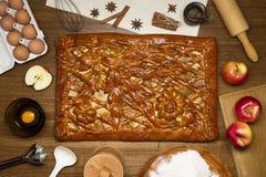 Torta com ingredientes e ferramentas para cozinhar Fotos de Stock