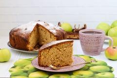 Torta com maçãs, canela e gengibre em um fundo branco imagem de stock