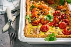 Torta con bacon, formaggio ed i pomodori fotografia stock libera da diritti