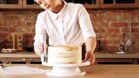 Torta con clase del cocinero del amo de la confitería que raspa almacen de video