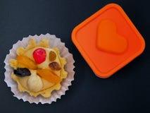 Torta con crema de la mantequilla y fruta y corazón imágenes de archivo libres de regalías