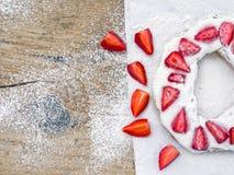 Torta con crema e la fragola whiped Fotografia Stock Libera da Diritti