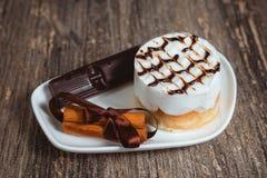 Torta con crema y chocolate Fotografía de archivo