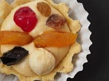 Torta con crema y fruta de la mantequilla Torta hecha en casa foto de archivo
