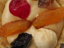 Torta con crema y fruta de la mantequilla fotografía de archivo libre de regalías
