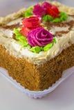 Torta con crema y rosas imagen de archivo