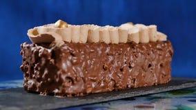 Torta con crema y tuercas Torta de chocolate con las nueces y los microprocesadores de chocolate Magdalena del caramelo del choco almacen de metraje de vídeo