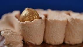 Torta con crema y tuercas Torta de chocolate con las nueces y los microprocesadores de chocolate Magdalena del caramelo del choco almacen de video