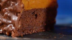 Torta con crema y tuercas Torta de chocolate con las nueces y los microprocesadores de chocolate Magdalena del caramelo del choco metrajes