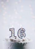 Torta con cumpleaños de las velas For16th Fotos de archivo