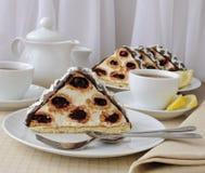 Torta con el chocolate de la cereza con el coco imagenes de archivo
