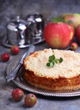 Torta con el queso cremoso y las manzanas Imagen de archivo libre de regalías