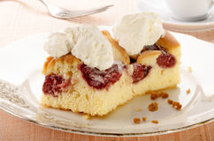 Torta con el relleno de la fresa y la crema azotada Fotografía de archivo libre de regalías