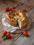 Torta con formaggio ed i pomodori Fotografie Stock