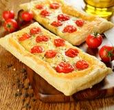 Torta con formaggio ed i pomodori ciliegia Fotografia Stock