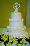 Torta con gradas blanca con las rosas Fotografía de archivo libre de regalías