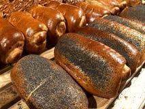 Torta con i semi di papavero sulla tavola Prodotto della farina, pane con materiale da otturazione immagini stock libere da diritti
