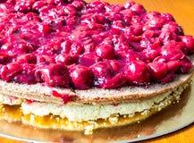 Torta con la cereza Fotos de archivo libres de regalías