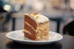 Torta con la crema, comida Apelmace la rebanada en la placa blanca en París, Francia, postre Tentación, concepto del apetito Post imagen de archivo