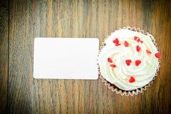 Torta con la crema, magdalena en Woody Background imagen de archivo