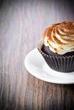 Torta con la crema, magdalena en Woody Background Fotos de archivo libres de regalías