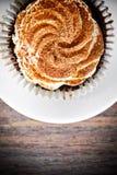 Torta con la crema, magdalena en Woody Background Fotos de archivo