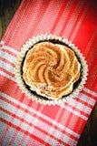 Torta con la crema, magdalena en Woody Background Imagen de archivo libre de regalías