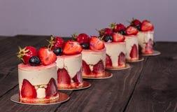 Torta con la fresa y el arándano Foto de archivo libre de regalías