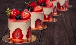 Torta con la fresa y el arándano Foto de archivo