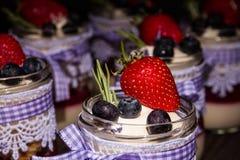 Torta con la fresa y el arándano Fotografía de archivo libre de regalías