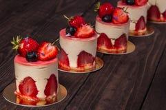 Torta con la fresa y el arándano Imágenes de archivo libres de regalías