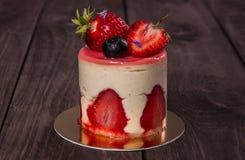 Torta con la fresa y el arándano Imagen de archivo libre de regalías