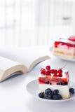 Torta con la jalea en la tabla Fotos de archivo