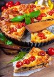 Torta con la mozzarella, il pollo ed i pomodori. Immagine Stock