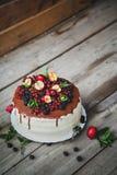 Torta con las bayas en fondo de madera Foto de archivo libre de regalías