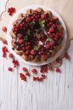Torta con las bayas y el esmalte frescos del chocolate vertical de la visión superior Fotografía de archivo libre de regalías