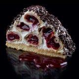Torta con las cerezas en una crema batida crema-cremosa imagen de archivo libre de regalías