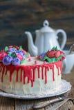 Torta con las flores de la crema para el café Fotos de archivo