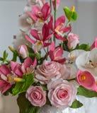 Torta con las flores decorativas de la masilla de los pasteles Imagen de archivo