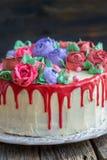 Torta con las flores y la formación de hielo roja del chocolate Imágenes de archivo libres de regalías