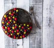 Torta con las frutas del bosque Foto de archivo libre de regalías