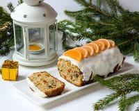 Torta con las frutas escarchadas Imagen de archivo libre de regalías