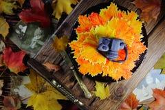 torta con las hojas de otoño y la cámara Fotos de archivo
