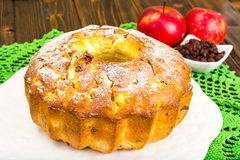 Torta con las manzanas, las peras y las pasas imagen de archivo libre de regalías