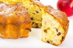 Torta con las manzanas, las peras y las pasas fotografía de archivo