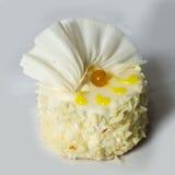 Torta con las tuercas, chocolate blanco adornado. Imagen de archivo