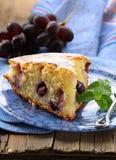 torta con las uvas rojas Imagenes de archivo