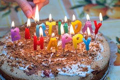 Torta con las velas ardientes en cumpleaños Imagen de archivo libre de regalías