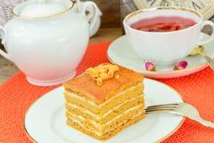 Torta con leche condensada, las nueces y la miel Foto de archivo libre de regalías