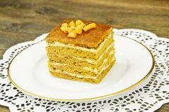 Torta con leche condensada, las nueces y la miel Fotografía de archivo